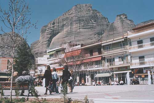 The town of Kalampaka with the rocks of Meteora behind